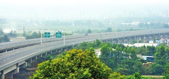 成自泸赤高速在成都有10公里的高架桥。