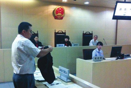 8月30日,庭审现场,七匹狼公司的委托代理人展示相关证据。