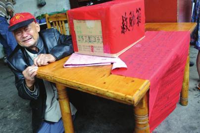8月31日,82岁的谢兴正跪求大家帮助被烧伤的孙儿