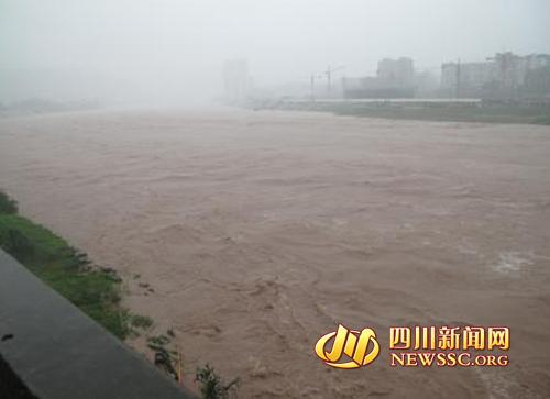 暴雨持续,巴中多地河流水势猛涨