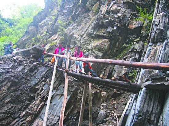 悬崖峭壁搭梯上学