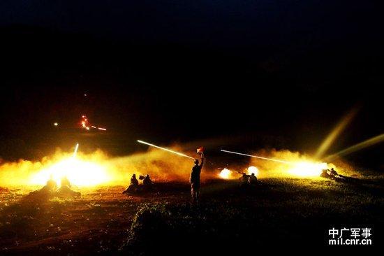 济南军区进行夜间射击