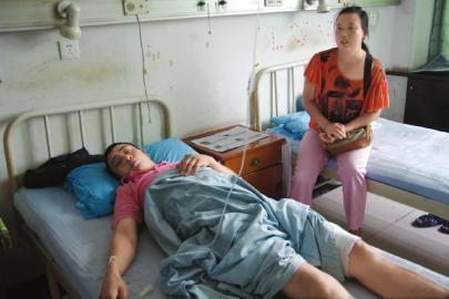 被县长施救的伤者。