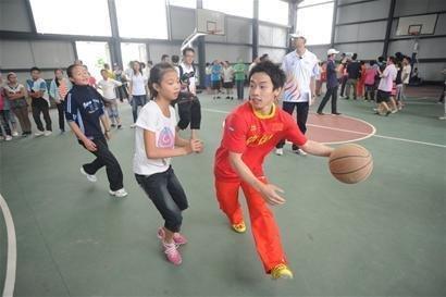 邹凯绵阳跨界打篮球 屡投不中直摇头