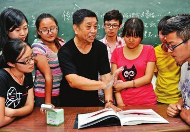 许老师给学生上课。