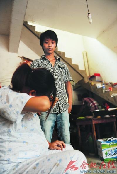 周玲已怀胎八月,和郑军一起寄住在亲戚家里