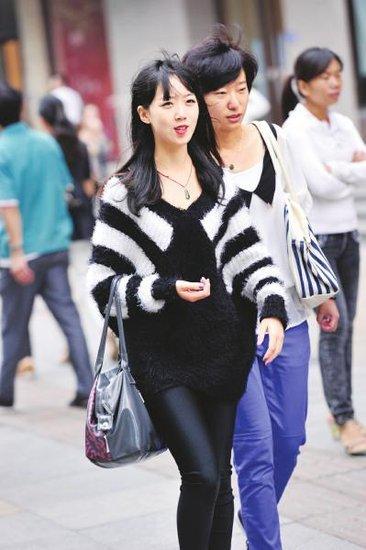 9月15日,总府路,美女们也穿上了秋装。