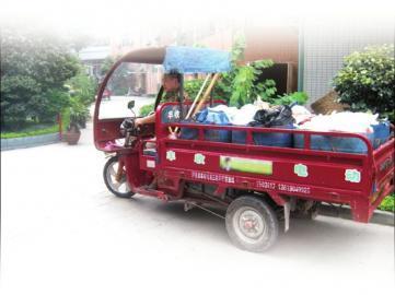 李美华每天骑着他的三轮车穿梭在泸州的大街小巷。