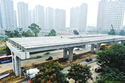 10月14日,成都市二环路东三段改造工程开始架设箱梁