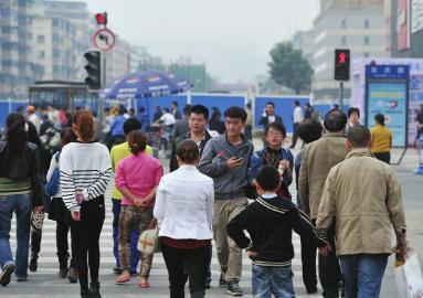 10月28日,成都万年场路口众多路人闯红灯过街