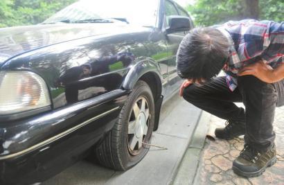清水滨河路的翠微清波小区外,十七辆车车胎被扎