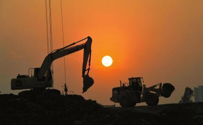 昨日傍晚5点40分左右,位于川师大附近的成绵乐高铁建筑工地上,西下的夕阳悬挂天边