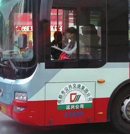 """成都美女公交车司机蹿红。(图据网友""""我们的车""""3月份网帖)"""