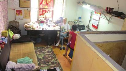 空巢老人吴豁然的家。右边隔出来的空间是老人的房间,左边的小床是合住女孩的睡床。