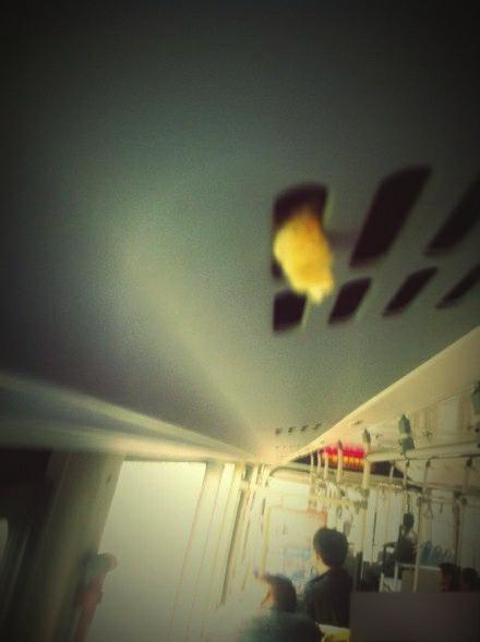 112路公交车,乘客将面包塞进空调通风口。(图据微博)