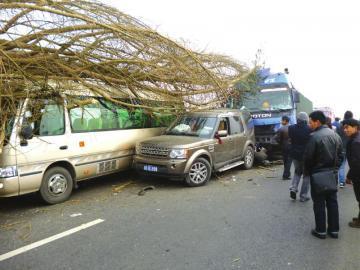12月3日,成绵高速连环车祸现场,汽车被撞得严重变形。