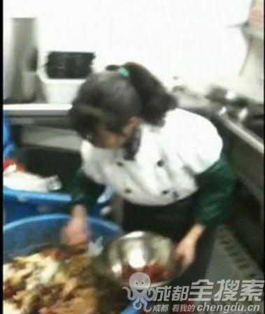 视频截图:员工从装潲水的垃圾桶中挑选辣椒放进碗里