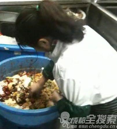 视频截图 :店员从剩菜桶内挑选出辣椒