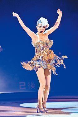 蔡依林身上的金凤朝冠贵妃服灵感来自《甄嬛传》,穿起来气势逼人。