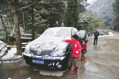 12月29日,青城后山,一辆汽车被积雪覆盖。