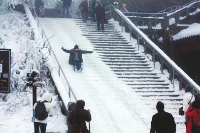 """峨眉山步行道成了""""滑滑梯""""。(图据网络)"""
