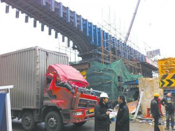 超高货物撞塌道路承重架