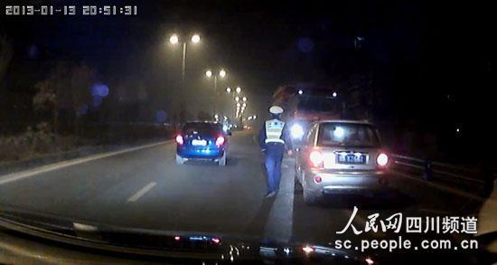 一辆运渣车在公交道上逆行被交警拦下(网友供图)
