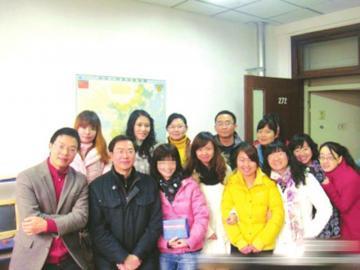 2011年12月25日,蔡尚伟曾自掏10万元奖励博士生(右)。