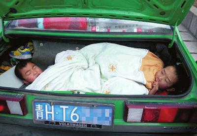 图说:两个9 岁的孩子躺在后备箱里,幸好交警及时发现 宝天交警供图