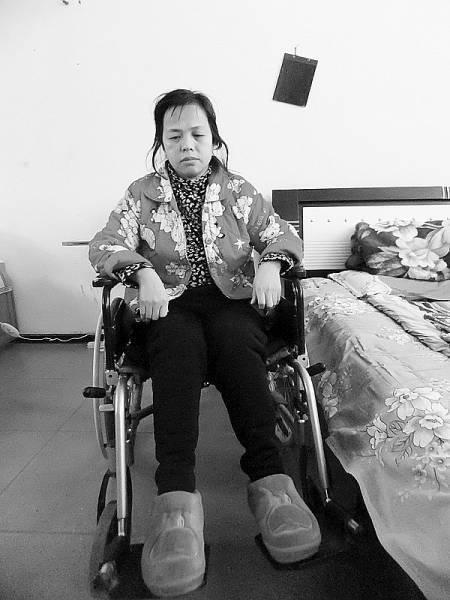 坐在轮椅上的陈庆霞。白宇摄