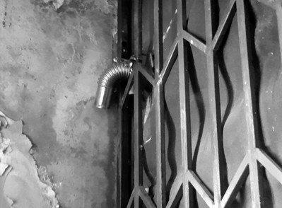 门上安装的燃气热水器连接的排气管。刘保奇 摄