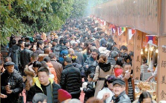 黄龙溪的国际美食街人气火爆