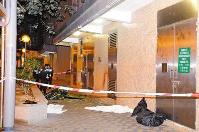 秀茂坪邨痴情汉跳楼分尸,警员将死者跌落地上断肢遮盖,免引起居民恐慌。图片来源:香港《文汇报》