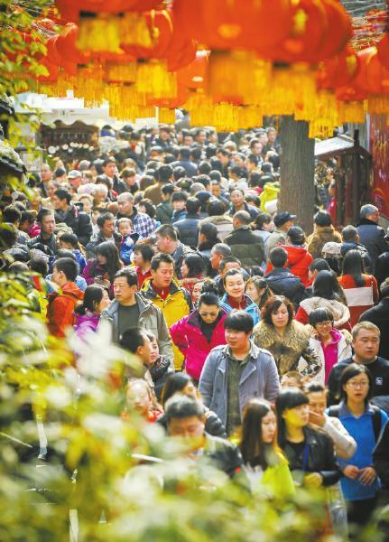 2月15日,好天气为成都大庙会吸引了众多游客。 董睿摄
