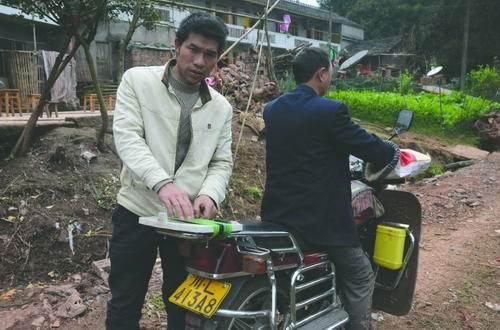 朱祥云说,14万元就是绑在这辆摩托车的后座上被刮蹭掉的
