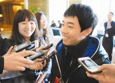 """3月1日,邹凯刚走进驻地就遭到媒体记者的""""围追堵截""""。作为最年轻的驻川全国政协委员和获得奥运会金牌最多的中国体操选手,邹凯成为全国记者们追访的明星委员。川报集团特派记者 何海洋 摄"""