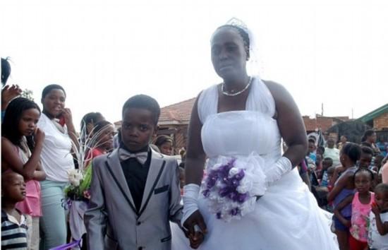 南非8岁男孩娶61岁老妇 当众交换戒指并接吻