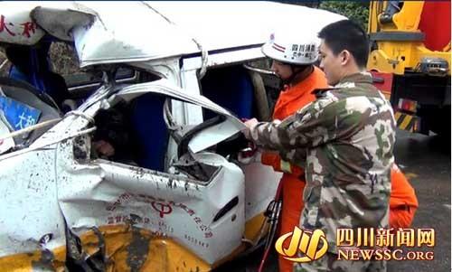现场救援人员将车门破拆便于救援实施(图片来源:四川新闻网)