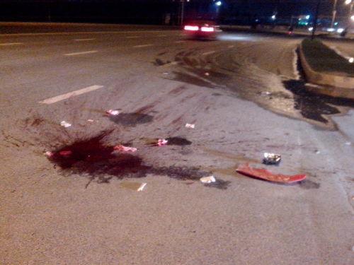 摩托车撞上路口左转的垃圾车 摩托车司机当场身亡