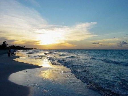 在岛屿上漫步,你可以感受到柔软干净的白色沙滩的