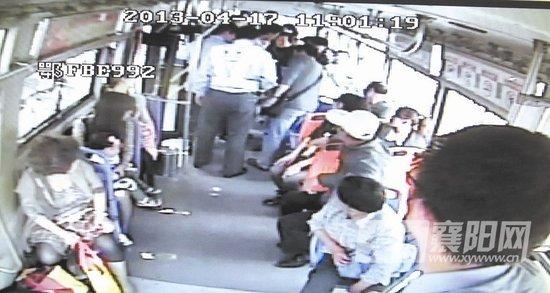 图为:民警抓获涉事男子 来源襄阳网