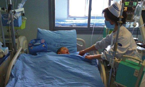 护士正在为小凯进行皮肤按摩。