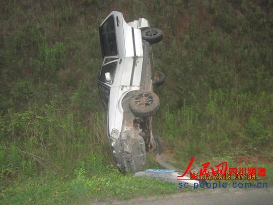 汽车倒立路边(图片由乐宜高速交警二大队提供)