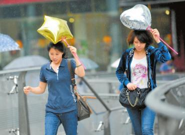 8日,一场突如其来的大雨,让市民措手不及。张磊摄