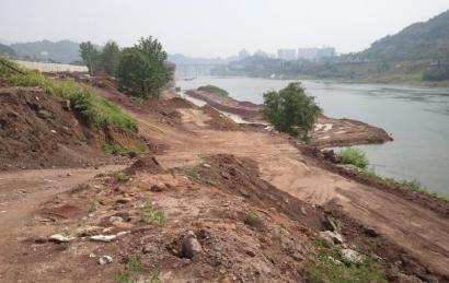 大量弃土堆积在河道内。