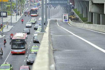 5月16日,记者在红牌楼路段看到该路段暂未对公交专用段划线