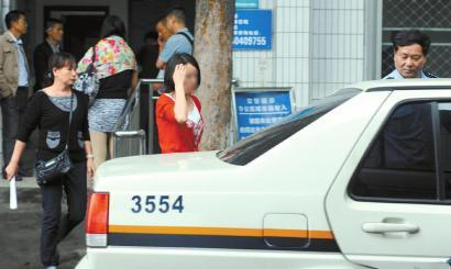 红衣女为醉驾女司机,她面对采访很不好意思。
