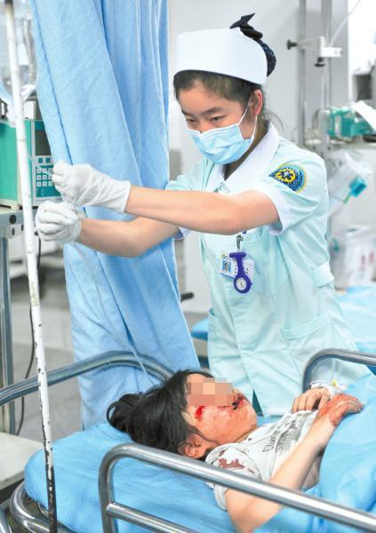6月1日,受伤的娃娃被送往医院救治。