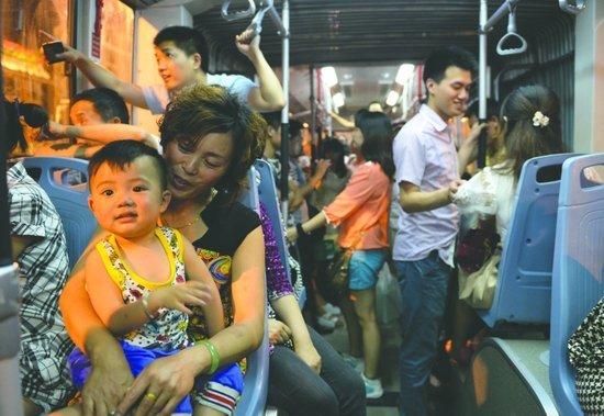 成都市民在晚间前去体验二环路快速公交车(成都商报记者 张士博 摄影)