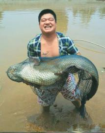 钓鱼者和他的战利品。(图据微博)